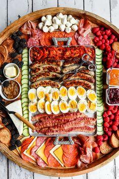 Grill Breakfast, Breakfast Platter, Charcuterie Recipes, Charcuterie And Cheese Board, Cheese Boards, Party Food Platters, Food Trays, Antipasto, Food Displays