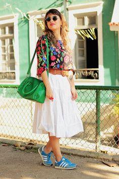 Small Fashion Diary: Carol Burgo. Saia midi, Tênis Adidas Adistar Racer, blusa cropped, cinto tressê, bolsa verde.