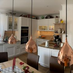 Kundenküche im Landhausstil in Weiß mit liebevollen Details. #küche #kücheninspiration #küchenideen