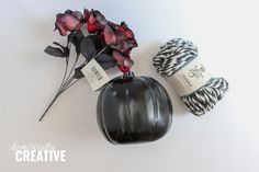 Get your Halloween decorating on with this easy to make DIY Halloween Yarn Pumpkin. You only need a few simple supplies! Diy Crafts To Sell, Diy Crafts For Kids, Home Crafts, Sell Diy, Kids Diy, Decor Crafts, Halloween Yarn, Halloween Pumpkins, Halloween Decorations