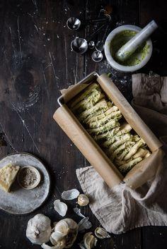 kitschig Auseinanderziehen Brot    zwei rote Schüsseln