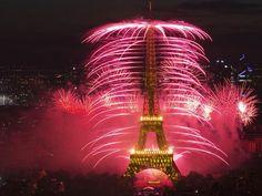 Show de fogos de artifício e luzes batizado de 'Guerra e Paz' marca a celebração da queda da Bastilha em Paris, na França, e o centenário da I Guerra Mundial (Foto: Gonzalo Fuentes/Reuters)
