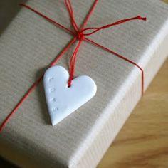 DIY - polymer clay tags by artmind  Se puede hacer con una galleta en forma de corazon o algun otro diseño...