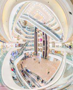 このダイナミックなエスカレーターの走り具合はまさにモールの真骨頂。香港で最も有名なモール「Times Square」の吹き抜け。(大きな画像はこちら) Shopping Center, Shopping Mall, Modern Architecture, Core, The Incredibles, Urban, Travel, Design, Viajes