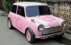 Guardateeeee, guardateeeeeeeeeeeeeee!!!!!    Ragazze…ragazze… come vi pare?! Non è grintosa e simpatica quest'automobile?!    Rosa…di hello kitty…piccolina… sembra quasi una bomboniera color confetto!: )))))