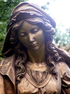 A pozsonyi vár mellett található Szent Erzsébet gyönyörű szobra