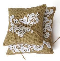 Uma almofada perfeita para casamento em estilo rustico, casamentos em sitio ou na praia. Composta de duas almofadinhas decoradas com renda guipur de algodão    Tamanho: 14x14x8cm