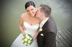 Bild Hochzeit Hochzeitsfotos Ja Kuss küssen Wasser See romantisch verliebt verspielt Hals Brautkleid Paar