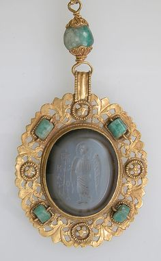 Necklace of gold, emeralds and agate intaglio. Closeup of the intaglio pendant. 6-8th century