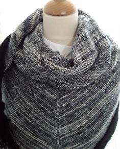 À châle tricoté main en laine,dégradé de noir,écru et de gris,bordure noire et pompons Creations, Fashion, Pom Poms, Gray, Wool, Outfit, Tricot, Moda, Fashion Styles