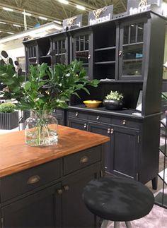 JUVIn musta keittiö Habitare 2016 -messuilla. JUVI's black kitchen at Habitare2016 furniture fair Katso lisää kuvia messuilta: juvi.fi/messut.html