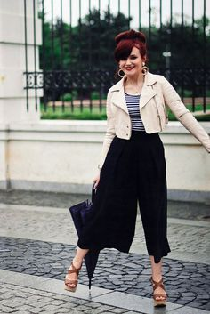 Black culottes + cream cropped bomber jacket + black and white striped top Black Culottes, Black Trousers, Cropped Pants, Street Style Summer, Street Style Women, Black Bomber Jacket, Pants Outfit, What To Wear, Style Inspiration