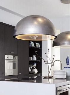 Kookeiland met prachtige design-afzuigkap in de vorm van een robuuste lamp #keukeninspiratie