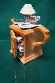 Vintage Retired Paul Cardew Small End Table 18 Ct Gold Made in England Chocolate Pots, Chocolate Coffee, Teapots And Cups, Teacups, Small End Tables, Cute Teapot, Tea Kettles, How To Make Tea, Tea Cakes