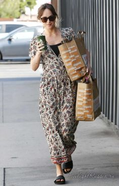 Leaving a Venice Beach grocery store in Los Angeles - June 17 - Leaving a Venice Beach grocery store in Los Angeles - June 1700004 - Dakota Johnson Pictures Estilo Dakota Johnson, Dakota Johnson Street Style, Dakota Style, Dakota Mayi Johnson, Star Fashion, Fashion Outfits, Long Skirt Fashion, Don Johnson, Johnson Family