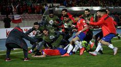 #CopaAmérica #Chile2015  #Chile 1 #Uruguay 0  Chile le ganó un duelo caliente a Uruguay y es semifinalista  Con un gol de Mauricio Isla, a diez minutos del final, el equipo de Sampaoli derrotó 1-0 al conjunto del Maestro Tabárez que terminó con nueve por las expulsiones de Cavani y Fucile. Chile espera por el ganador de Perú-Bolivia.