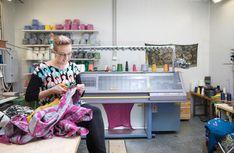 Sanni Salonen nauttii työn monipuolisuudesta. Hän suunnittelee, ohjelmoi, neuloo, ompelee, markkinoi ja palvelee asiakkaita. Design