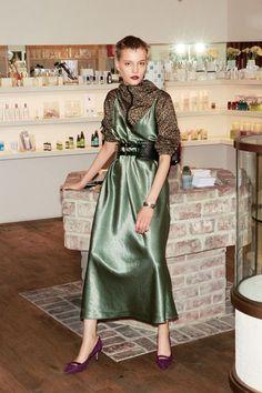 Love Fashion, Fashion Models, Womens Fashion, Fashion Design, Green Fashion, Emerald Dresses, Long Midi Dress, Bridesmaid Dress Styles, Oriental Fashion