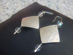 """Boucles d'oreille """"Tuck"""" argentées perles blanc cristal : Boucles d'oreille par bijou-lie"""