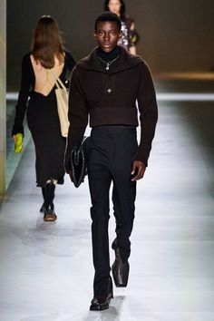 Bottega Veneta Fall 2020 Ready-to-Wear Fashion Show - Vogue Star Clothing, Clothing Co, Vogue Paris, 2020 Fashion Trends, Fashion Brands, Stage Outfits, Fashion Outfits, Men's Fashion, Luxury Fashion