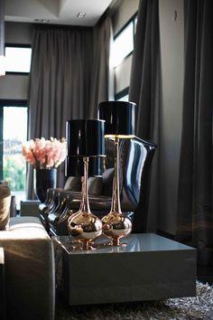Вдохновение: темные интерьеры | Home and Interiors, стильные детали, темный интерьер, камин, золото, настольная лампа, @covetlounge
