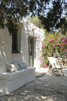 House at Patmos island, Dodecanese, Greece Exterior Design, Interior And Exterior, Adobe Haus, Modern Outdoor Living, Bench Set, Greek House, Mediterranean Style, Architecture, Beautiful Homes