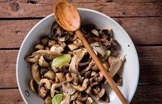 Ζεστή σαλάτα μανιταριών Stuffed Mushrooms, Favorite Recipes, Vegetables, Food, Veggies, Essen, Vegetable Recipes, Yemek, Stuff Mushrooms