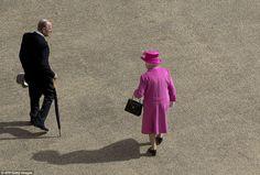 De koningin en prins Philip hun weg naar het gazon Buckingham Palace voor een ontmoeting met de gasten op de jaarlijkse zomer het Buckingham Palace de partij