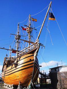 """Réplica de la nao """"Victoria"""". Una Nao, era una embarcación a vela muy utilizada en los siglos XIV, XV y XVI, con tres mástiles y velas cuadradas. Es una evolución de la """"coca"""" medieval, barco mercante que solo tenía un mástil. Fueron muy utilizadas en los viajes de exploración atlánticos."""