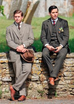 Downton Abbey Season 5 Finery: Allen Leech as Tom Branson and Rob James-Collier as Thomas Barrow and Thomas Barrow are dressed up in full suits. Downton Abbey Cast, Downton Abbey Costumes, Downton Abbey Fashion, Branson Downton Abbey, Downton Abbey Thomas, Mode Masculine, Rob James Collier, Laura Carmichael, Elizabeth Mcgovern