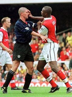 Arsenal 1 Man Utd 2 in Aug 1999 at Highbury. Patrick Vieira rather stupidly pushes Roy Keane in the face Aubameyang Arsenal, Arsenal Players, Arsenal Football, World Football, Football Soccer, Football Kits, Good Soccer Players, Football Players, Patrick Vieira