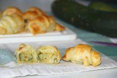 I cornetti gamberetti e zucchine sono un finger food pratico e veloce da preparare. Si tratta di croissant salati ripieni, perfetti se portati a tavola come antipasto, anche freddo.