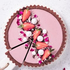 Chocolate, Strawberry & cardamom tart 💕🍓 I found the first strawberries, yay! They weren't that sweet, but this tart came out so… Tart Recipes, Dessert Recipes, Dessert Food, Bolos Cake Boss, Patisserie Vegan, Fruit Tart, Strawberry Tart, Strawberry Filling, Frozen Strawberries