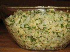 Przepis na sałatka jajeczna z kalafiorem. Kalafior ugotować w osolonej wodzie, ostudzić i pokroić w kostkę. Jajka ugotować na twardo, ostudzić, obrać i pokroić w kostkę.