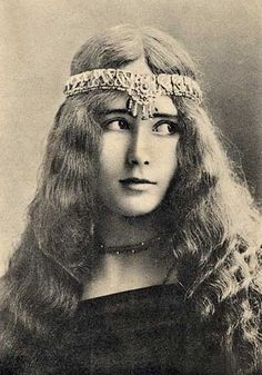 Cléo de Mérode (1875-1966), an international sensation, one of the the most photographed woman in the world in her time, was a French ballerina, who achieved fame with her face, not her feet.
