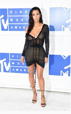 Kim Kardashian and Kanye West drew stares when they arrived at the MTV VMAs at Madison Square Garden on Sunday. Kim, who introduced Britney Spears to the Kim Kardashian Kanye West, Estilo Kardashian, Kardashian Photos, Kardashian Style, Kardashian Jenner, Mtv, John Galliano, Short Celebrities, Celebs