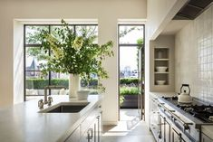 NY Penthouse designed by Steven Harris Architects and Brooke Abrams Design. Manhattan Penthouse, Manhattan Apartment, Penthouse Apartment, Cocinas Kitchen, Interior Minimalista, Kitchen Images, Pent House, Home Kitchens, Kitchen Design