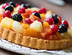 This fruit flan is a nice dessert to share as a treat with family and friends at a get together or meal. Food Cakes, Fruit Flan, Food To Make, Waffles, Cake Recipes, Cheesecake, Good Food, Healthy Eating, Treats