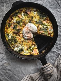 Salmon & Pesto Frittata Pesto Salmon, Kale Pesto, Salmon Recipes, Fish Recipes, Seafood Recipes, Those Recipe, Cooking Salmon, How To Cook Eggs, Frittata