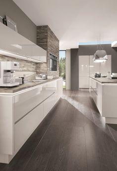 La elegancia de una cocina blanca combinada con un revestimiento de pared #Modernkitchenideas