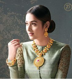 Chennai is a great shopping destination to buy gold jewellery. There are a number of branded shops offering a mix of traditional and stylish jewellery suitable for all occasions. Gold Earrings Designs, Necklace Designs, Stylish Jewelry, Fashion Jewelry, Women's Fashion, Indian Accessories, Indian Jewellery Design, Jewellery Designs, Bridal Jewelry