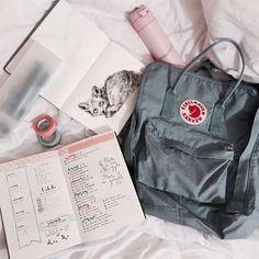 Image de kanken, backpack, and school Mochila Kanken, Kånken Rucksack, Kanken Backpack, Backpack Outfit, Travel Backpack, Tumblr School Supplies, College Supplies, Office Supplies, Aesthetic Backpack