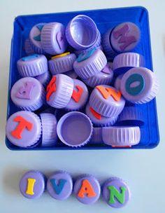 Fer tampons amb les lletres de l'abecedari perquè els nens i nenes confegeixin el seu nom!