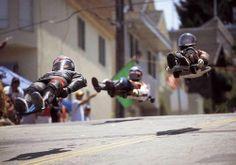 Street Luge Em uma corrida ladeira abaixo em um skate gigante, o piloto – deitado de costas (padrão) ou de bruços (avançado) – se inclina para controlar velocidade e direção.