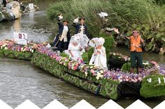 Boot van #koppertcress #varendcorso botenparade flowers food event
