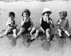 Niños sentados en la orilla comiendo un helado en Littlehampton, 1935 (©Reg Speller/Fox Photos/Getty) #FotosPorqueSí