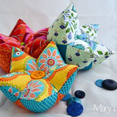 Learn how to make a five pointed star pincushion with an easy tutorial and nice fabrics