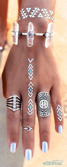 Boho Look | Bohemian boho style hippie chic bohème vibe gypsy fashion indie folk the 70s | Silver jewelry, flash tatoo