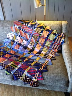 A Memory Quilt Made From Ties - Quilting Digest Memories Tie Quilt by Renay Martin of Pursestrings . Quilting Projects, Sewing Projects, Sewing Ideas, Tapetes Diy, Necktie Quilt, Old Ties, Patchwork Quilting, Quilt Making, Quilt Blocks