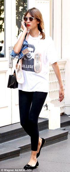 Soho stroller: The model-presenter strolled through the streets of New York with her belov… Photo: Wagner Az #paplife #alexachung #wagneraz #wagner_az